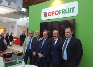da sinistra: Mirco Zanotti, presidente Apofruit; Valtiero Piraccini, Valchirio Piraccini, Walther Piraccini, Ilenio Bastoni, direttore generale Apofruit