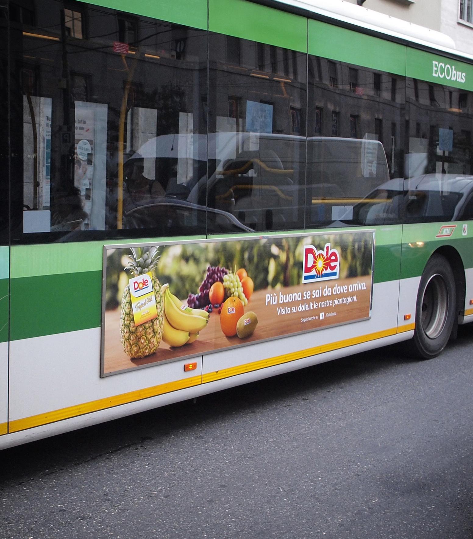 La filiera Dole viaggia in tram a Milano