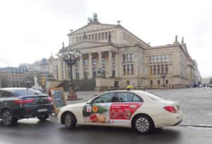 La Melagrana Mollar de Elche Dop sulle portiere dei taxi di Berlino