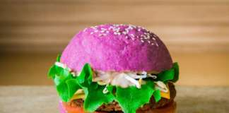 Il Cherry Bomb Burger: i colori del pane di Flower Burger derivano da ingredienti assolutamente naturali