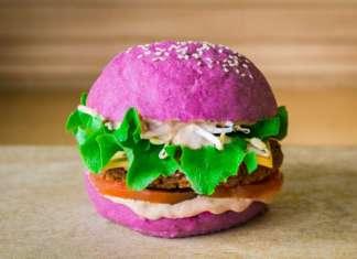 Il Cherry Bomb Burger: i colori del pane di Flower Burger derivano da ingredienti assolutamente naturali