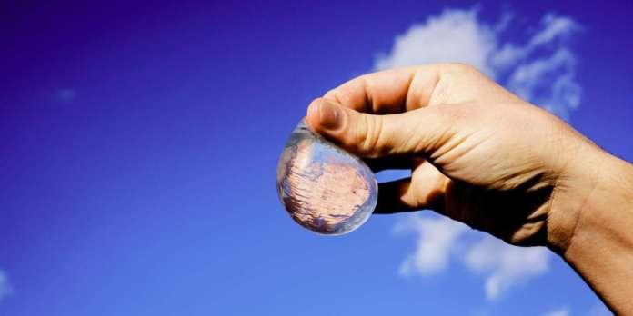 Nella bolla sferica da bere della start up Skipping Rocks Lab, il packaging è un involucro fatto di alga