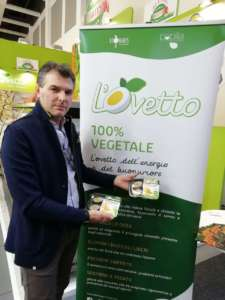 Massimo Cocco, sales manager di Martini a Fruit Logistica con L'Ovetto, l'uovo sodo vegan