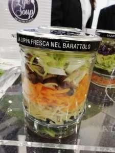 Le zuppe fresche di Life Soup sono tagliate fresche e al microonde si cucinano in 8 minuti direttamente nel barattolo di vetro, che va aperto con l'aggiunta dell'acqua
