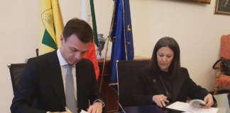 La sigla del patto tra Coldiretti e Novamont per lo sfruttamento dell'olio di girasole made in Italy in filiere innovative ad alto valore aggiunto
