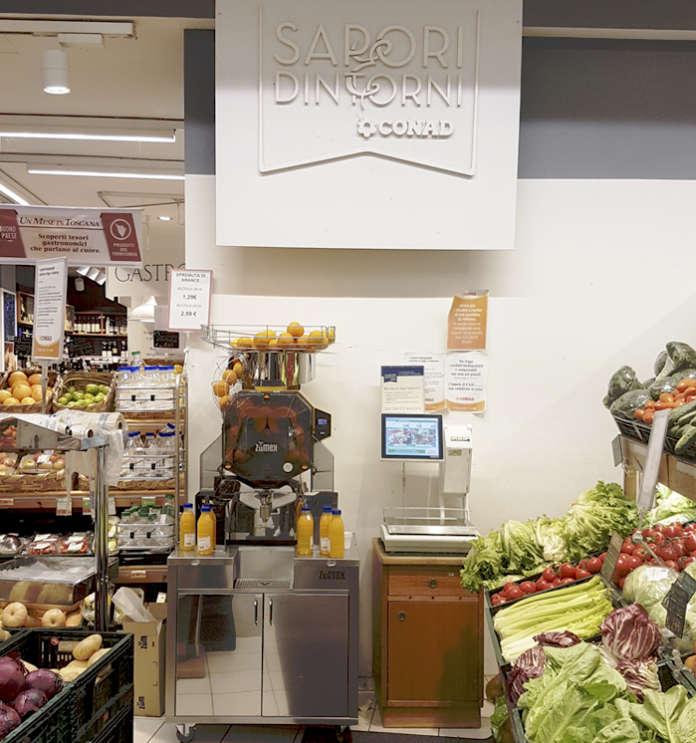 Lo Zumex corner, per le spremute fresche al momento, in un supermercato Conad