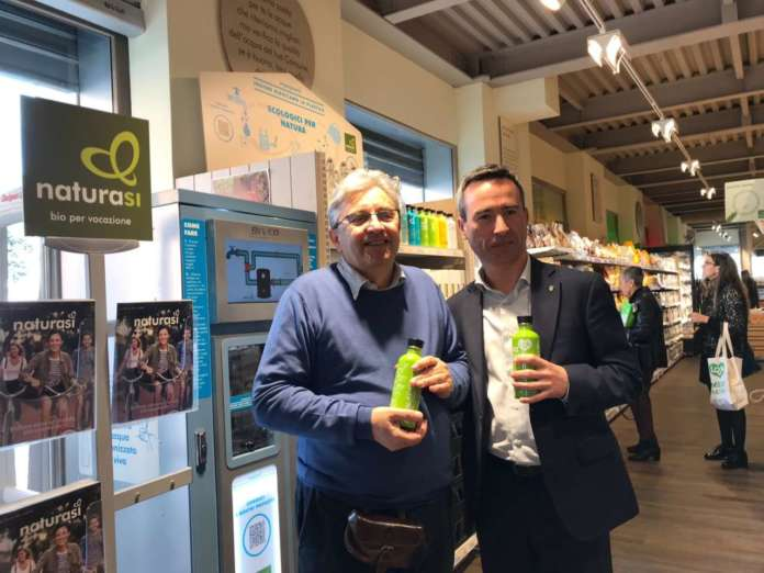 Il presidente di NaturaSì, Fabio Brescacin, alla prova degli erogatori d'acqua in uno dei 280 store della catena bio, che ha lanciato il progetto Plastic Free