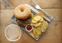 La rivoluzionaria polpetta di Beyond Meat utilizza le proteine dei piselli ed è preparata con a succo di barbabietola e olio di cocco