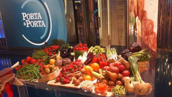 La ricca esposizione di prodotti stagionali delle Donne dell'Ortofrutta nella puntata di Porta a Porta condotta da Bruno Vespa