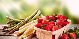 Continua il calo dei prezzi di tutte le varietà di fragole: si attendono i rialzi della domanda per le festività pasquali, se tornerà il bel tempo