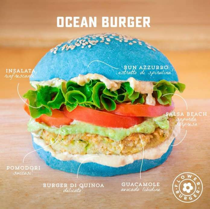 L'Ocean Burger di Flower Burger. Il colore azzurro è naturale: è dato dalla ficocianina, estratta dall'alga spirulina