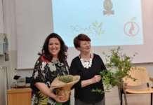 La sigla del gemellaggio, a Foggia, tra le Donne dell'Ortofrutta e le Donne dell'Olio. A sigillare l'accordo un simbolico scambio di una piantina di olivo e di melograno