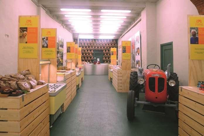 Il Rural Market di Radda in Chianti espone i prodotti tosco-emiliani e liguri all'interno di una ex officina meccanica recuperata
