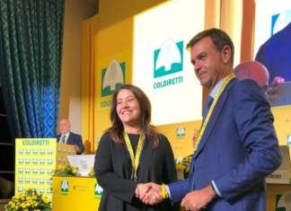 Tanya Kopps, ad di Metro, e il presidente di Coldiretti, Ettore Prandini, siglano l'accordo