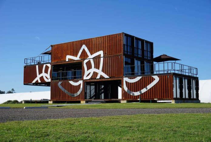 Il nuovo headquarters di Cultiva, in Florida: un edificio di 3 piani e 534 metri quadri realizzato con container usati e ricondizionati trasportati via nave