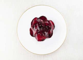 Un piatto dello chef tre stelle Michelin Niko Romito: Insalata tiepida di rape rosse, patata e mandorla (credits: Brambilla Serrani)