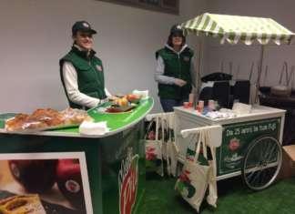 Il carretto dei gelati rivisitato offre agli operatori di 4 mercati ortofrutticoli caffè e brioche e la degustazione della Fuji MelaPiù