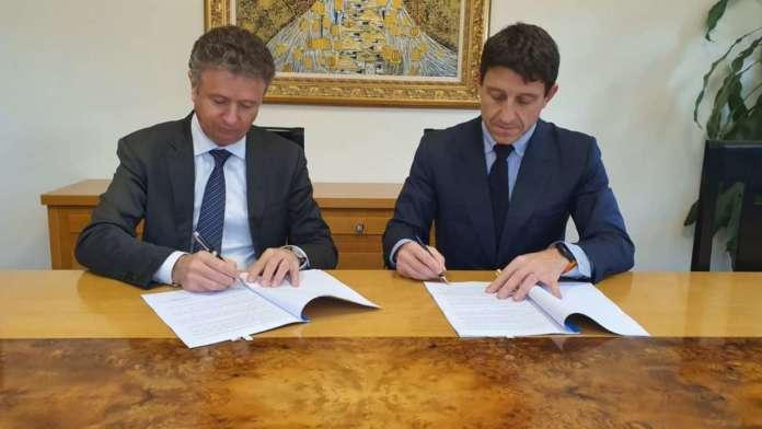 Il presidente di Alleanza Cooperative Agroalimentari, Giorgio Mercuri, e Alessandro Canzian, Head of Corporate Sales & Innovative Services di Vodafone Italia, siglano l'accordo a Roma