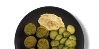 Un piatto OffLunch con falafel e purea di ceci. L'ingrediente vegetale e healthy è sempre più richiesto per il food delivery in ufficio