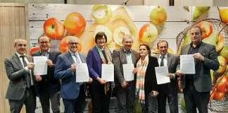 Le sigle delle cooperative di 7 Paesi produttori a Fruit Logistica, dove hanno sottoscritto un documento comune