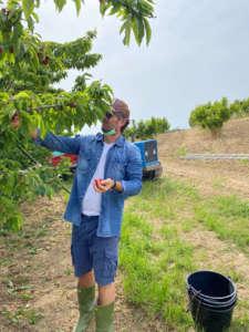 Lo chef stellato Carlo Cracco in versione agricoltore