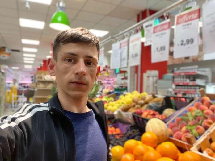 Paolo Catalano, caporeparto ortofrutta del punto di vendita Paghi Poco di Gela, in via Cicerone