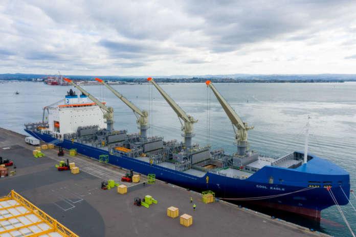 La nave frigo MV Cool Eagle che trasporta i kiwi Zespri (photo by Jamie Troughton/Dscribe Media Services)