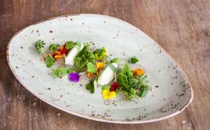 Erbe selvatiche, fiori, olio evo: un piatto di Mariangela Susigan