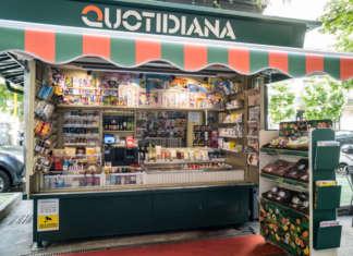 L'edicola Quotidiana di via Bocconi, a Milano, con i prodotti ortofrutticoli Orsero
