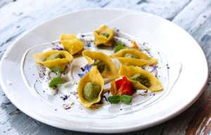 Ravioli di ortiche e borragine, malva e calendula: un piatto di Mariangela Susigan