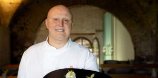 Lo chef stellato Giuseppe Raciti, con il piatto Tagliatelle di seppia al limone dell'Etna Igp